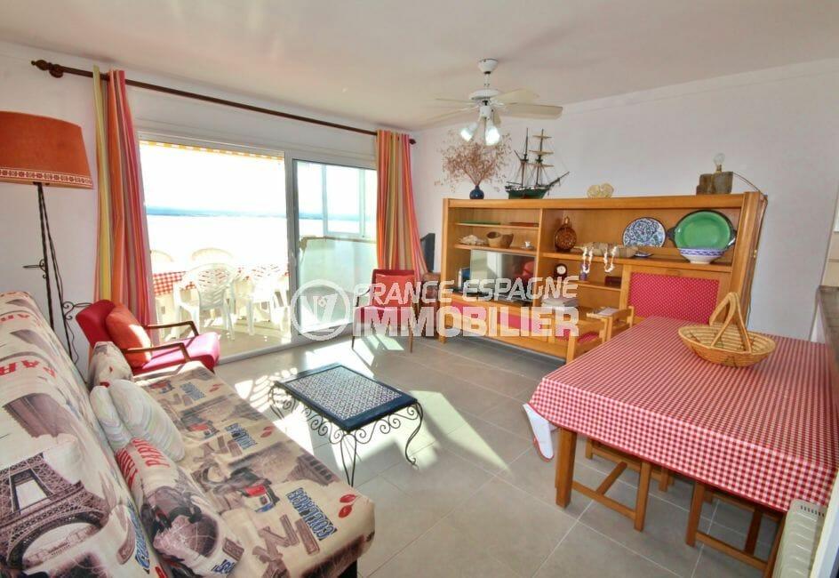 appartement a vendre a rosas, vue mer, salon / séjour lumineux avec accès terrasse