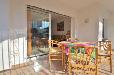 maison empuriabrava, piscine, vue sur la terrasse couverte accès salon