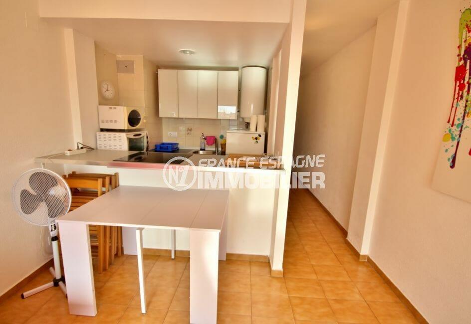 acheter appartement empuriabrava, proche plage, cuisine semi ouverte sur le salon / séjour