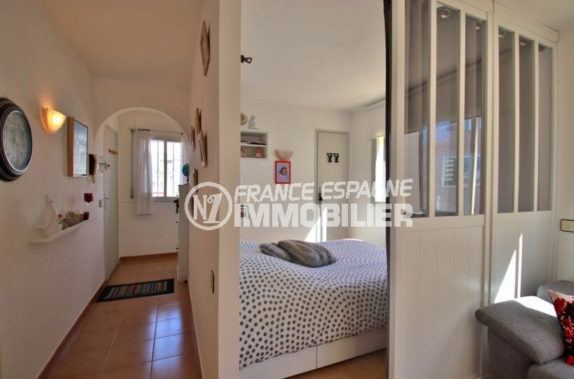 appartement a vendre a rosas, proche plage, aperçu du couloir et de la chambre alcôve