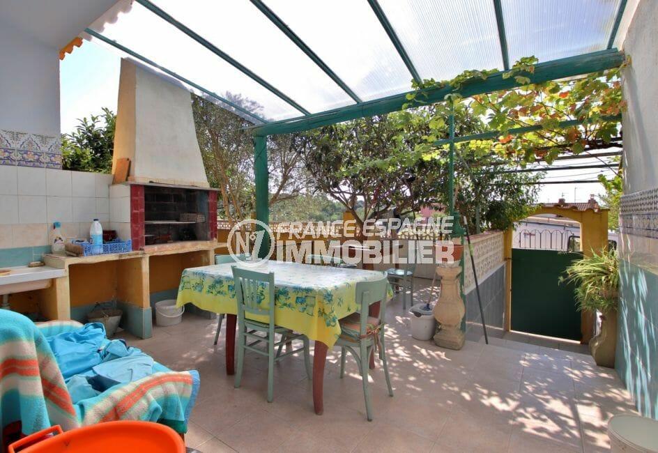 agence immobilière costa brava: villa 91 m², terrasse couverte avec barbecue et point d'eau