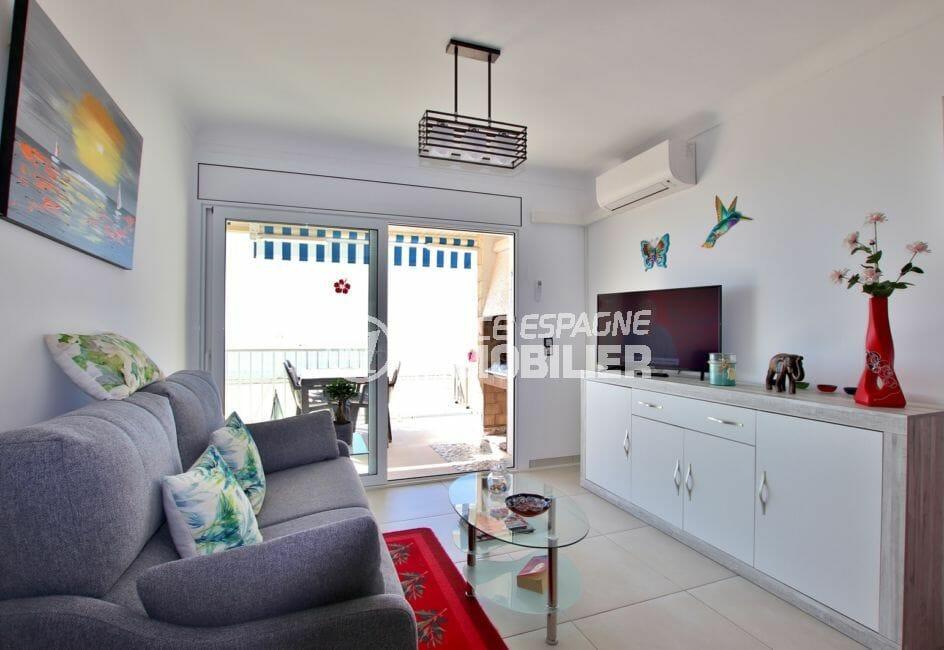 appartement a vendre a rosas, 88 m², aperçu du salon / séjour avec rangements accès terrasse
