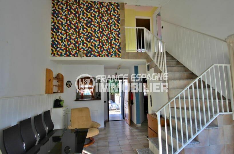 vente maison empuriabrava, secteur prisé, salon / séjour avec escaliers qui desservent l'étage