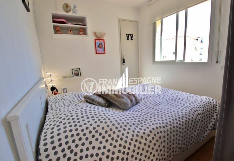 achat appartement rosas, proche mer, chambre alcôve lumineuse avec lit double