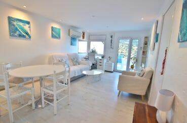 roses espagne: appartement 64 m², salon / séjour lumineux avec accès sur la terrasse