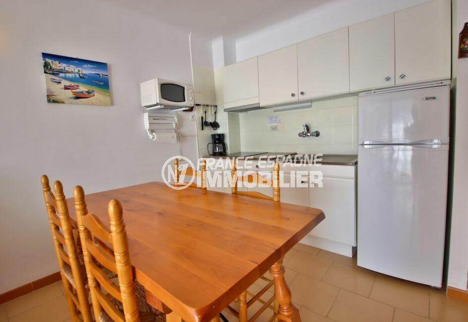 vente appartement rosas: appartement 53 m² avec vue mer, cuisine ouverte avec rangements