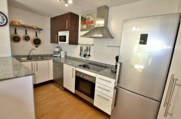 appartement a empuriabrava, proche commerces, cuisine américaine équipée et fonctionnelle