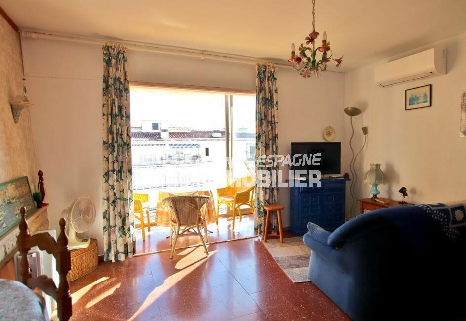 appartements a vendre a rosas, proche plage, vue sur le salon / séjour accès véranda