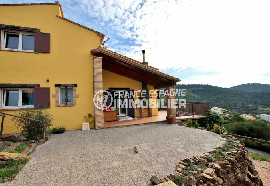 vente immobilier rosas espagne: villa 154 m², aperçu de la façade et parking cour intérieur