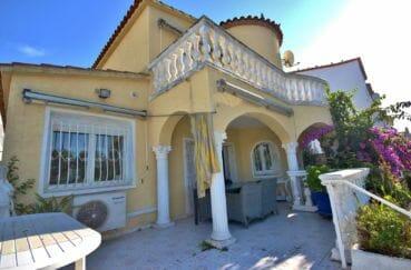 maison à vendre empuriabrava, piscine, vue sur la jolie façade avec terrasse