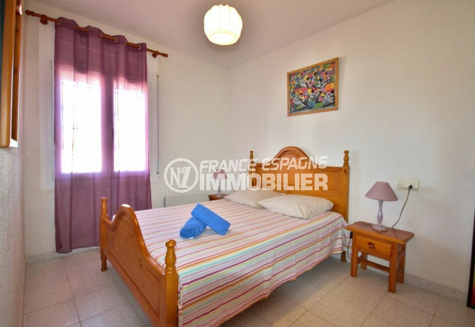 agence immobiliere costa brava espagne: appartement 53 m², chambre lumineuse avec lit double