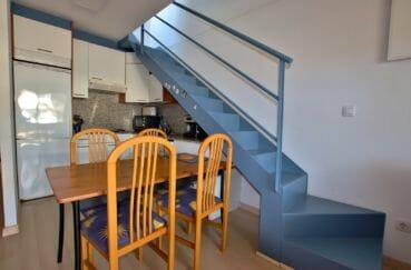agence immobilière costa brava: appartement 57 m², cuisine ouverte avec accès étage escaliers