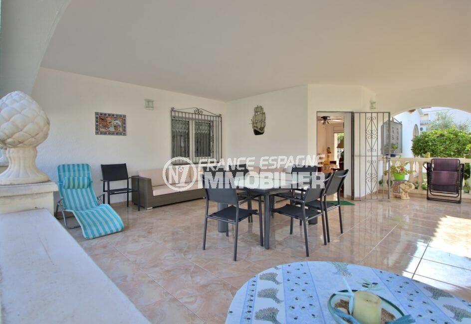 maison à vendre empuriabrava, proche plage, terrasse couverte coin détente et repas aménagés