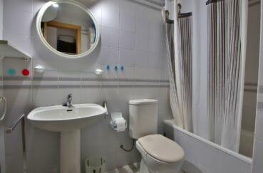 appartement a empuriabrava, studio 24 m², salle de bains avec baignoire, vasque et wc