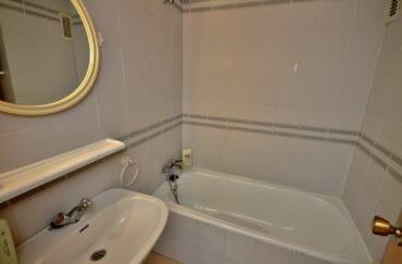 agence immobiliere costa brava: appartement 30 m², salle de bains avec baignoire et lavabo