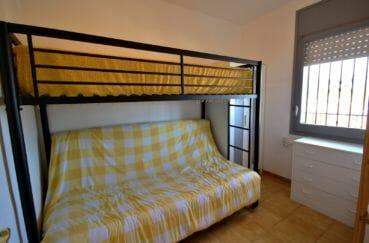 agence immobilière costa brava: appartement 38 m², chambre avec mezzanine et canapé convertible