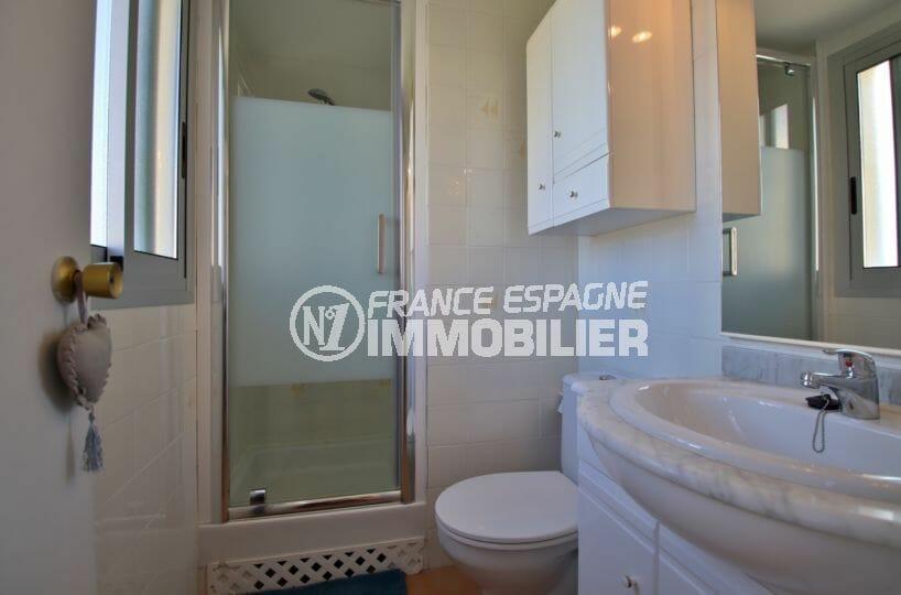 appartement à vendre à rosas espagne, parking, salle d'eau avec cabine de douche, vasque et wc