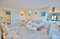 appartement a vendre a rosas, secteur prisé, salon / séjour lumineux avec rangements et bureau