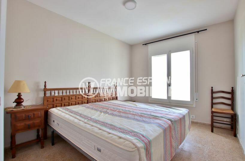 roses immobilier: villa 99 m², première chambre avec un lit double