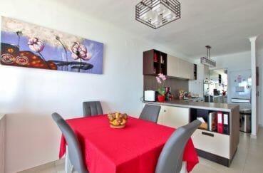 agence immobiliere costa brava: appartement 88 m², coin repas aménagé et cuisine ouverte