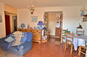 agence immobiliere costa brava: appartement 64 m², vue sur la porte d'entrée et le salon / séjour