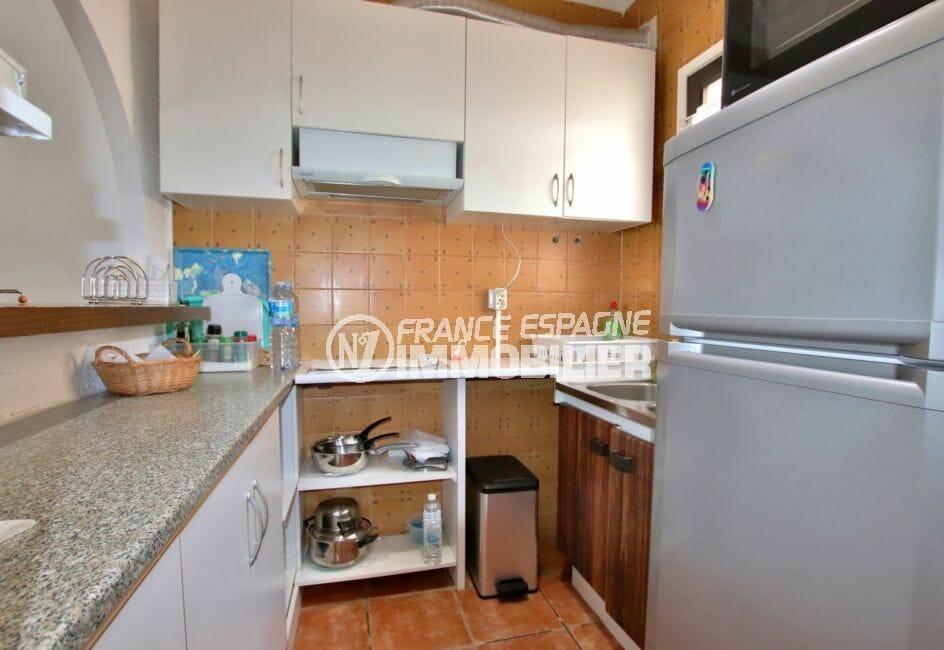 achat maison empuriabrava, parking, cuisine semi ouverte équipée avec rangements