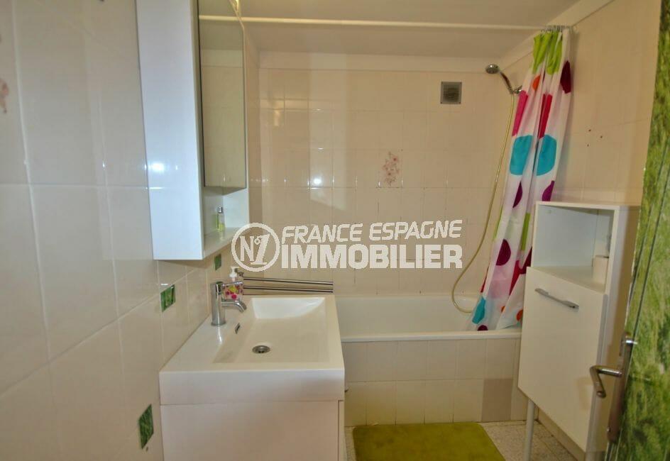 appartement à vendre costa brava, proche plage, salle de bains avec baignoire, vasque et wc