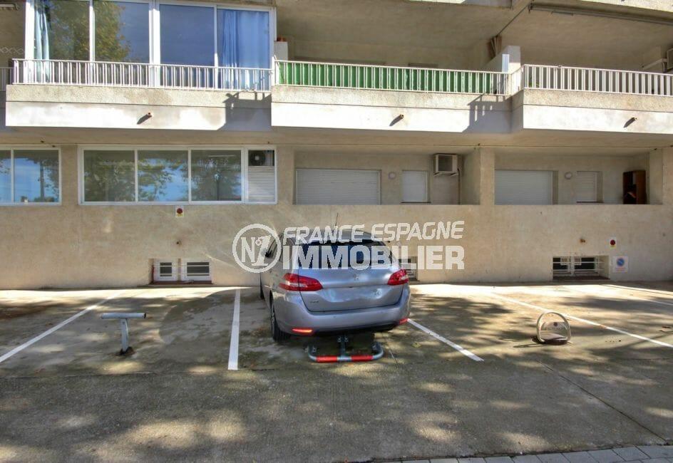 appartement a empuriabrava, proche plage, aperçu de la place de parking privé