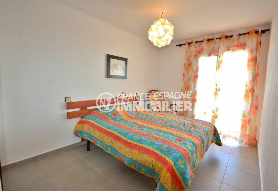 roses immobilier: appartement 67 m², première chambre lumineuse avec lit double