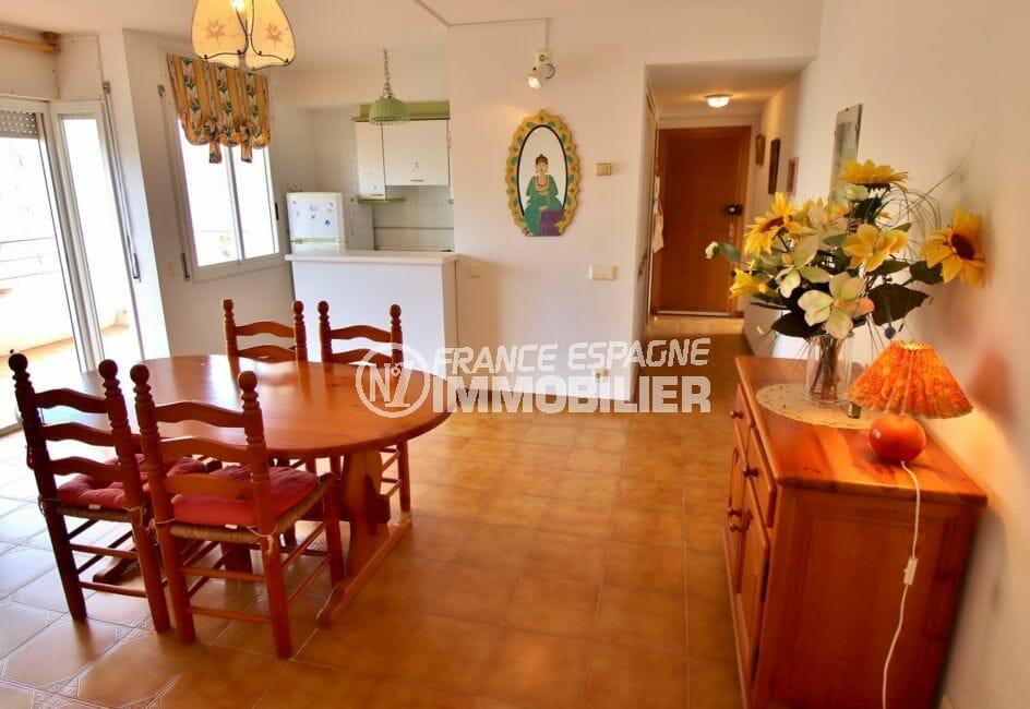 achat appartement rosas, vue mer, séjour lumineux avec coin repas accès terrasse