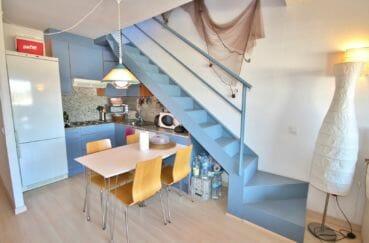 agence immobilière costa brava: appartement atico, salon / séjour accès étage, vue escaliers