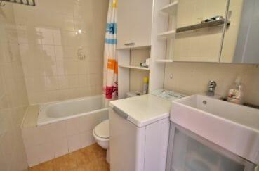 appartement a empuriabrava, 38 m², salle de bains avec baignoire, vasque et wc