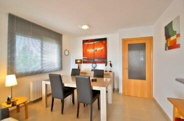 appartements a vendre a rosas, piscine, espace salle à manger près de la cuisine semi ouverte