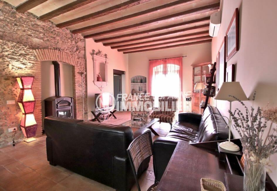 acheter maison costa brava, 581 m², salon / séjour avec charme, poutres apparentes et jolie cheminée