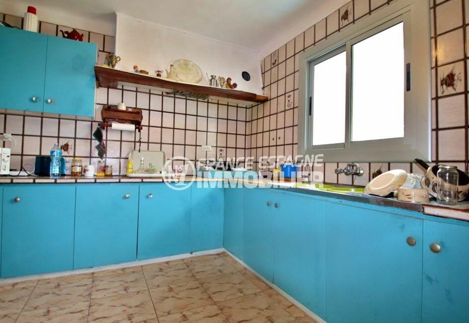roses immobilier: villa 91 m², cuisine indépendante équipée avec rangements
