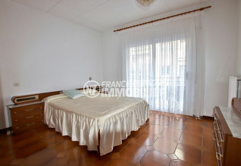 roses immobilier: villa 260 m², première chambre avec lit double accès terrasse