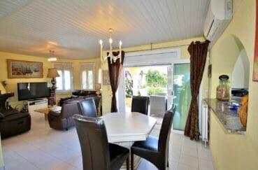 agence immobilière costa brava: villa 172 m², cuisine semi ouverte sur le salon / séjour