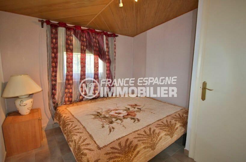 agence immobilière costa brava: villa 83 m², deuxième chambre avec lit double et rangements
