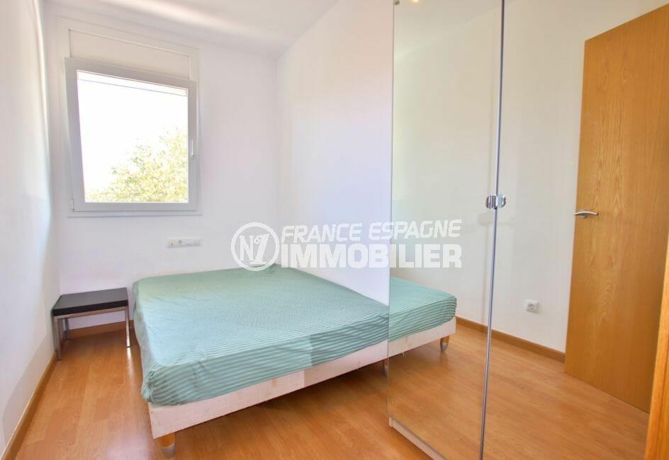 vente empuriabrava: appartement 58 m², deuxième chambre avec lit double et placards