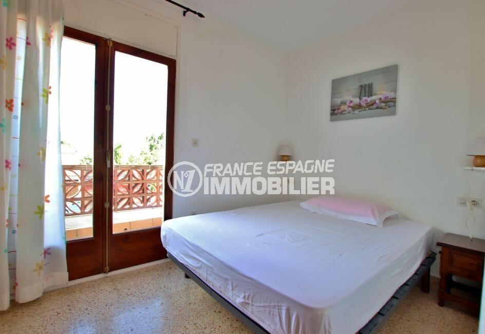 acheter maison empuriabrava, proce plage, première chambre avec lit double accès terrasse