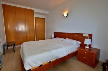 acheter appartement rosas, piscine, première chambre avec lit double et placards