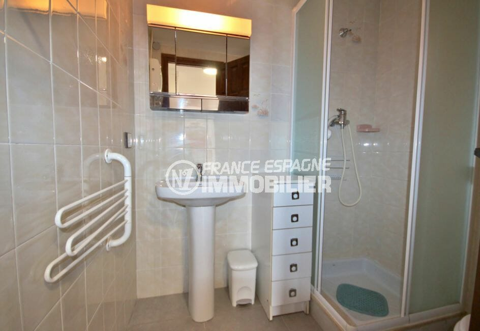 achat appartement rosas, vue mer, première salle d'eau avec cabine de douche, lavabo et wc