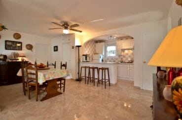 maison à vendre à empuriabrava: villa 138 m², salon / séjour avec cuisine ouverte et coin repas