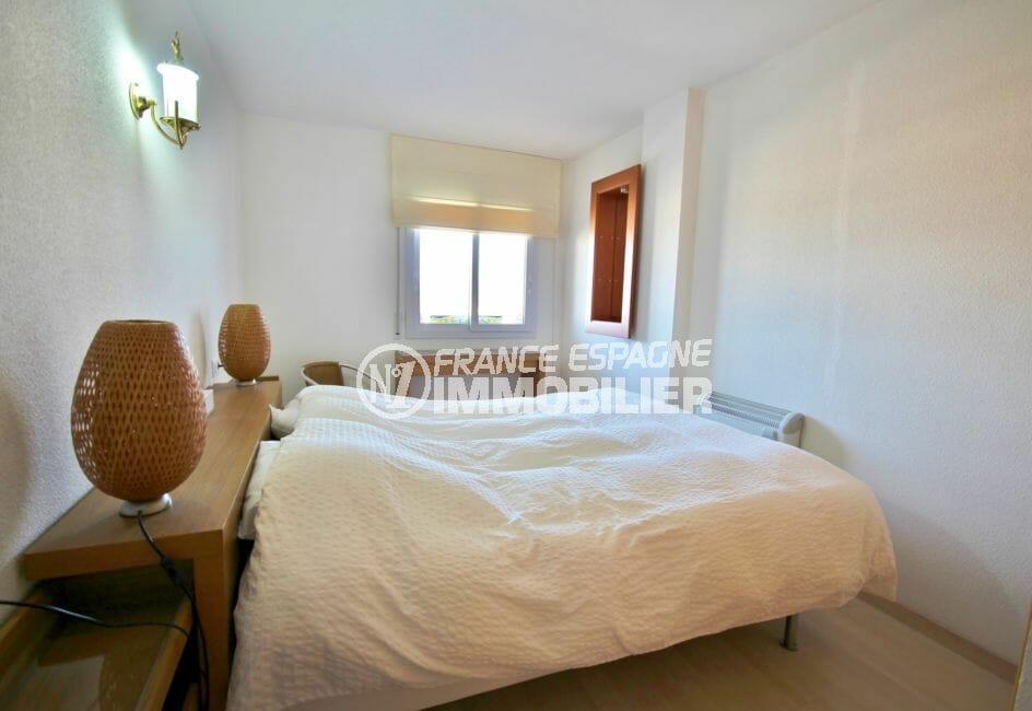 achat appartement rosas, vue marina, première chambre lumineuse avec lit double