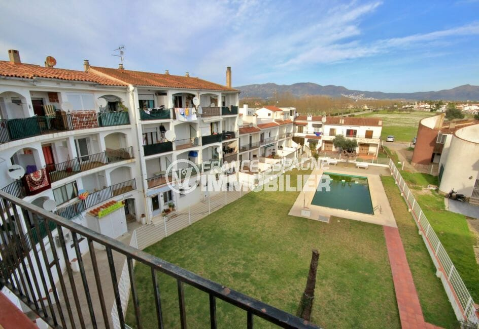 appartement à vendre empuriabrava, proche plage, aperçu de la piscine depuis la terrasse