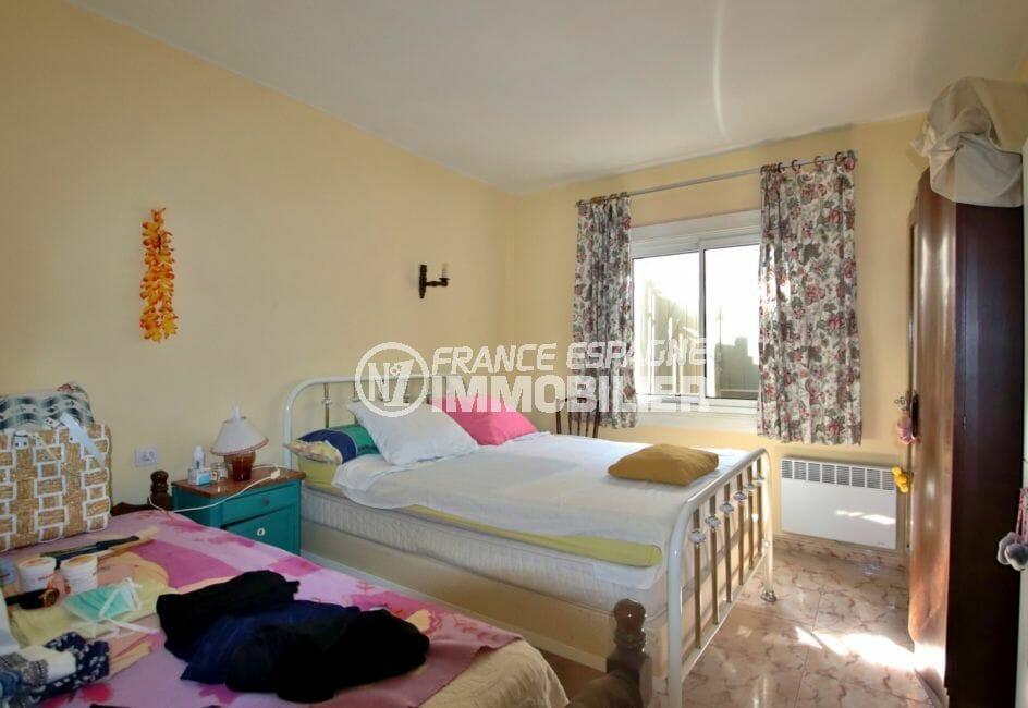 maison a vendre espagne, proche commerces, première chambre avec lit double et rangements