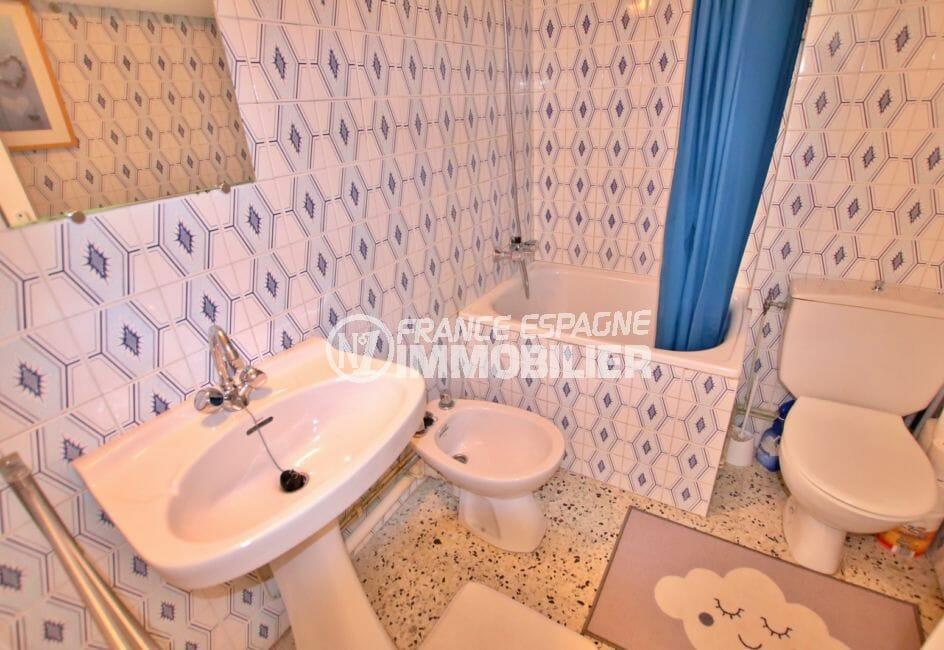 vente empuriabrava: studio 33 m² plage à 100 m, salle d'eau avec douche, lavabo, bidet et wc
