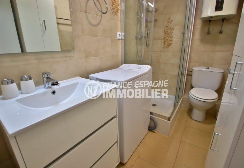 vente appartement rosas: appartement 53 m² avec vue mer, salle d'eau avec douche et wc