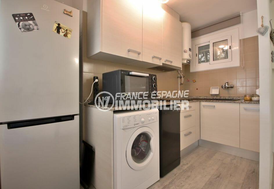 vente appartement rosas espagne, 78 m², cuisine aménagée avec nombreux rangements