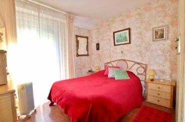 achat appartement rosas, piscine, première chambre lumineuse avec lit double et placards